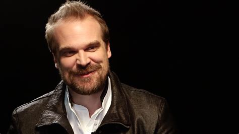 David Harbour scares the 'Stranger Things' kids - Video